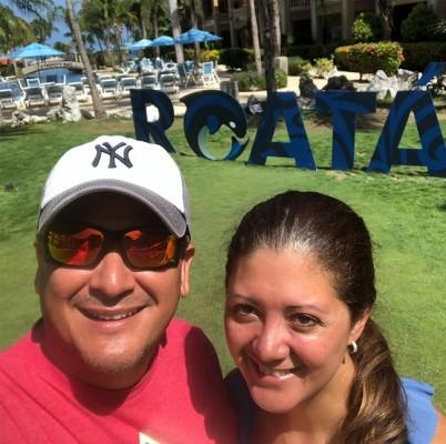 Carlos Medina con su esposa disfrutando en Roatán