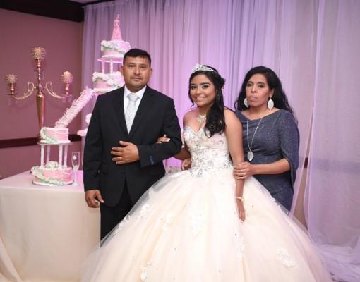 Carlos Pineda, junto a su hija, Dianna Ashley Pineda Rivera y su madre, Ericka Rivera Ulloa.