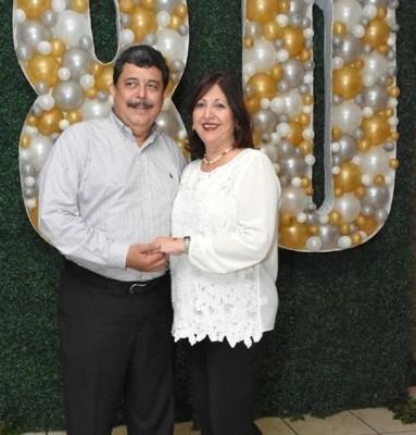 Cesar Jimenez y Julie Faraj linda pareja