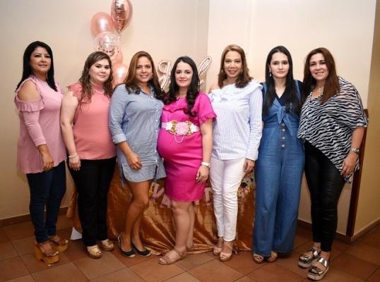 Con las oferentes del baby shower: Dunia Zuniga, Jackeline Paredes, Jocklem Ortega, Iliana Rivera de Zuniga, Claudette Guevara, Kenia Rivera y Karina Ávila