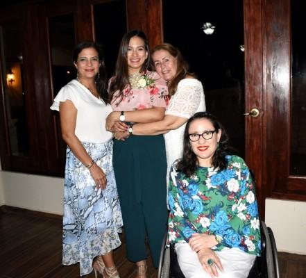 Débora de Reyes junto a su hija, Mildred Reyes, Lía de Bográn y Lía Carolina Bográn