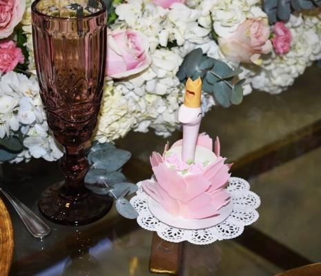 Fina cristaleria en rosa se dispuso para el especial acontecimiento que enmarcó todos los detalles en la temátixca decorativa de cisnes ¡hasta el postre!