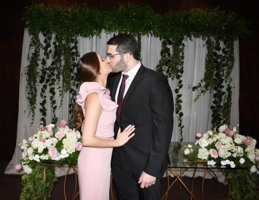 Marilyn y Nader sellaron con un rompantico beso la legalidad de su gran amor.
