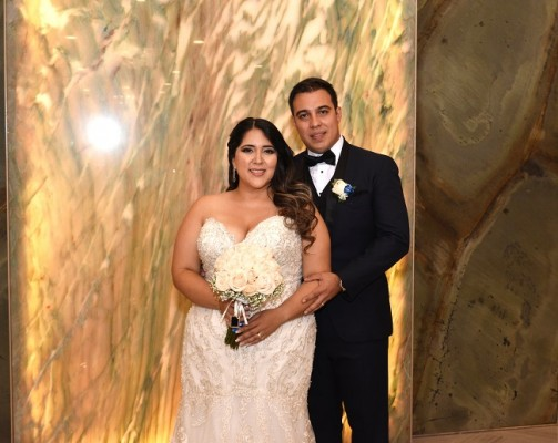 Ambos parecían armonizar acertadamente sus looks nupciales---Carlos y Lorraine son el uno para el otro.