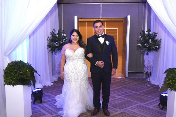 Los recién casados ingresando al recinto de celebración postboda