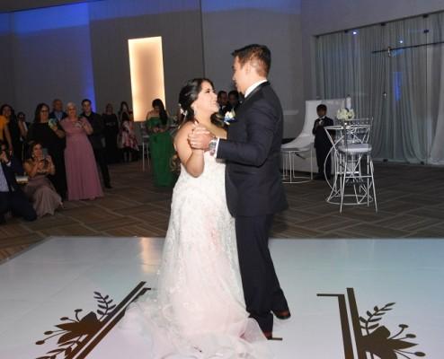Lorraine y Carlos bailaron su primer vals como esposos al son de You'll Be in My Heart de Phil Collins