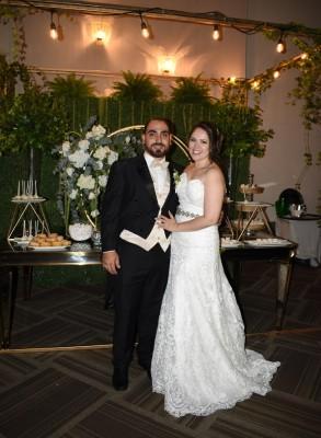 Juan y Tania brillaron con luz propia al decantarse por unos autfit nupciales personalizados
