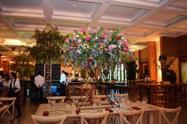 Con una perfecta distribución de espacios que mezcló mesas desnudas de cristal y madera, sillas country y Luis XV, el montaje se mostró más que glamuroso en su esencia rústica-chic