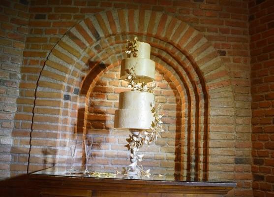 Armonizando con la puesta en escena, el exquisito pastel de bodas fue elaborado por Nadia Canahuati de Signature Cakes