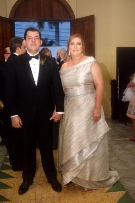 El novio, Gustavo Robelo junto a su distinguida madre, Carola Mestayer.