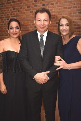 Ena Interiano, Julio Ávila y Lilian Interiano.