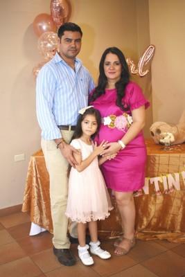 Fabricio Zuniga, Iliana Rivera de Zuniga y su primera princesa, Alessia, celebrando VALENTINA
