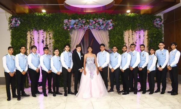 Fresia Isabella Carranza Alvarado con su cortejo de 14 caballeros y su chambelán