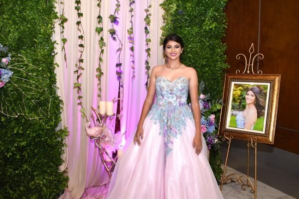 Fresia Isabella se mostró esplendida al enfundarse en su vestido rosa pastel de corte principesco…su cálida belleza la hizo brillar aún más en su velada de celebración juvenil animada por DJ Luna (Oswaldo Salinas)