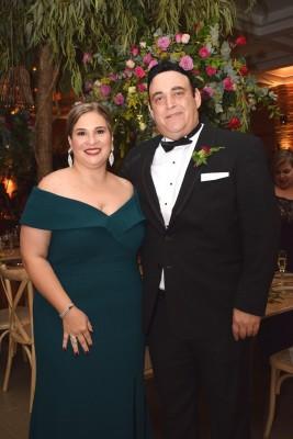 Los distinguidos Gabriela y Roberto Interiano, padres de la novia.