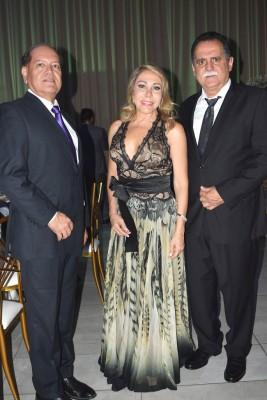 Jorge Paz con Ivonne y Rolando Mourra.