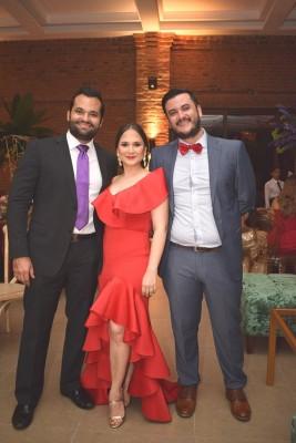 Juan Carlos y Melanie Rovelo con Efraín Valladares.