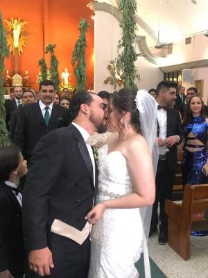 Juan y Tania sellaron con un romántico beso su unión eclesiástica