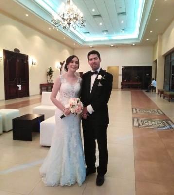 Karen Gabriela Mejía Verdial y Salvador Paz Noriega en el Lobby del salón de recepción en su noche de bodas