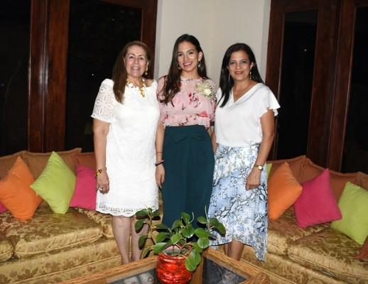 Lía Castro de Bográn junto a Mildred Reyes y su madre, Débora de Reyes