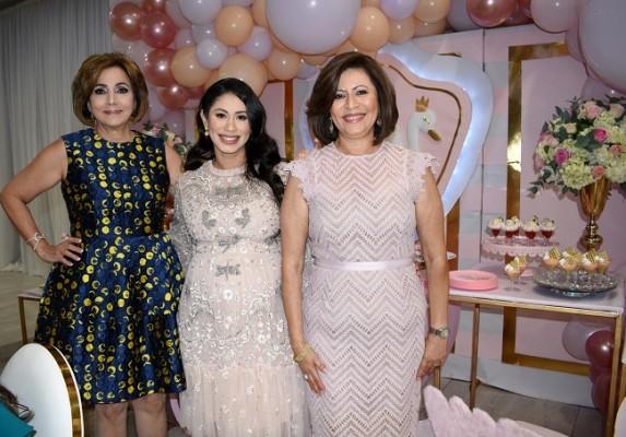 La abuela paterna, Nancy de Handal, Mónica de Handal y su madre, Magda de Hernández