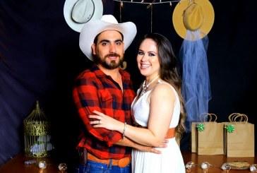 Juan Jaar y Tania Guzmán despiden su soltería al estilo vaquero
