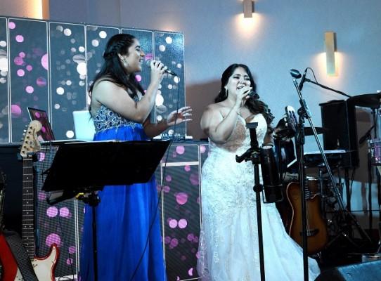 Como colofín final y parte especial de la velada nupcial, la novia canto una de sus melodías favoritas junto a Gyselle Morales.