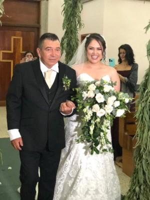 Ingresando a la Iglesia María Reina del Mundo, la novia del brazo de su padre, Marco Antonio Guzmán