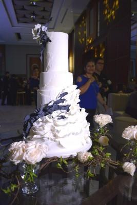 El pastel de bodas fue elaborada especialmente para los esposos Batres-Verdial por Nadia Canahuati de Signature Cakes
