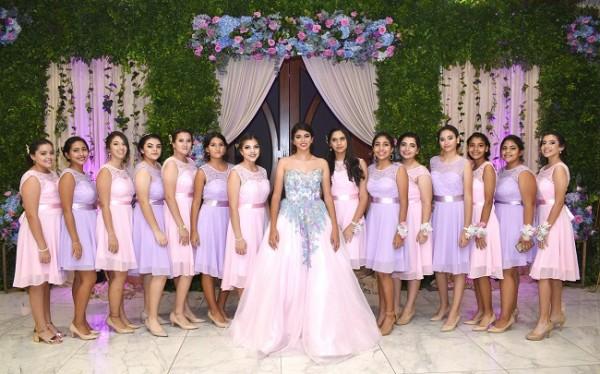Las 14 damitas del tradicional cortejo en una imagen fabulosa con la quinceañera