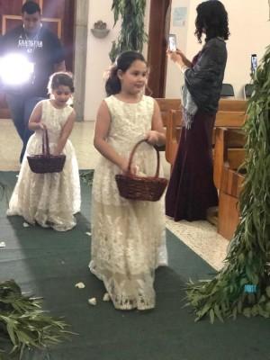 Las pqueñas hijas de los novios, Yamilah y Rannia Jaar Guzmán, fueron las floristas del enlace de sus padres.
