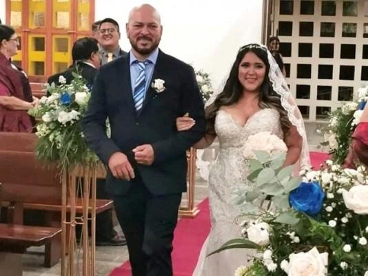 Lorraine, del brazo de su tío, Carlos Barahona