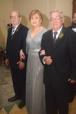 Los abuelos del novio, Gustavo e Imelda Róbelo con Luis Mestayer.