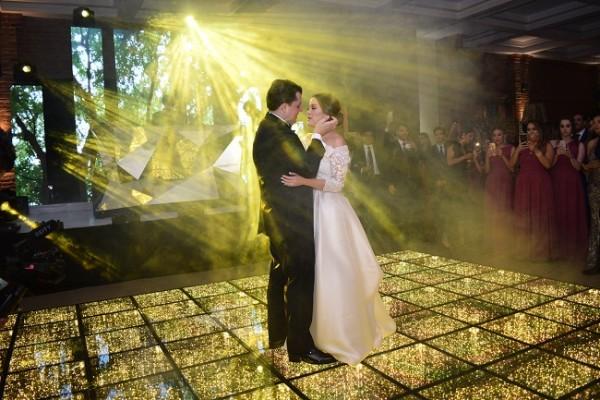 """Luego del brindis los recién casados bailaron su primer vals como esposos al son de """"El privilegio de amar"""" y """"Prometo"""", éxitos musicales que salpicaron la atmosfera de sus más profundos sentimientos"""