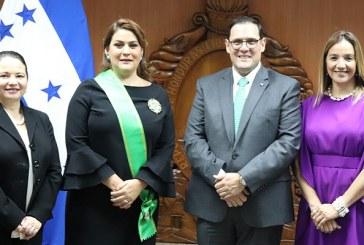 """Embajadora María Dolores Agüero es condecorada con la """"Orden Civil José Cecilio del Valle"""""""