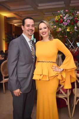 Mario y su bella esposa, Marcela Cueva de López.