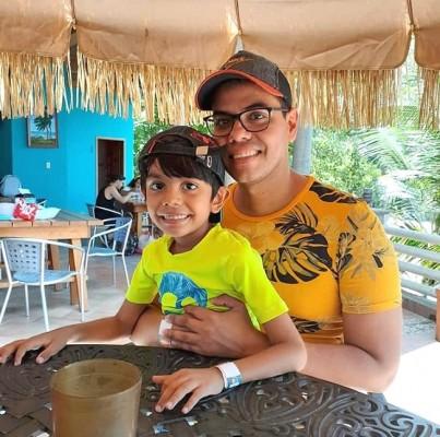 Miguel Bargas con su hijo en Paraiso Rainforest & Beach Hotel.