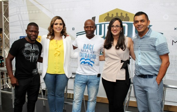 Milton Nuñez, Sarah Zepeda, Saúl Martínez, Claudette Kattán y Amado Guevara durante el evento deportivo Duelo de Leyendas