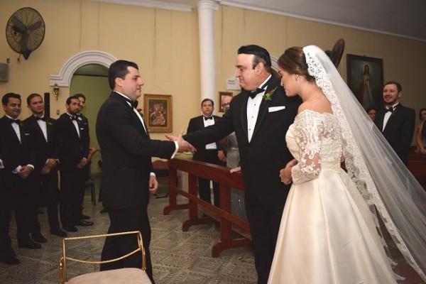 Roberto Interiano entregando su hija Andrea en el altar emotivo instante!