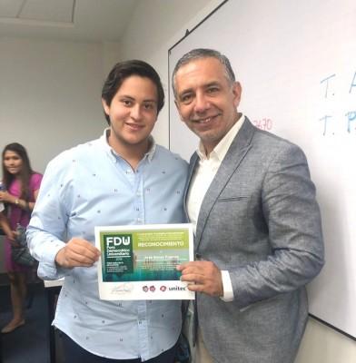 Simón Fuentes junto al alcalde de Chile Ciudad Penco, quien impartió un taller de Unitec