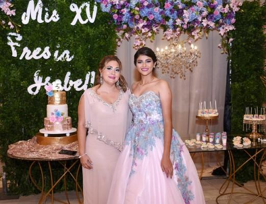 Sonia de Fernández con la quinceañera Fresia Isabella Carranza