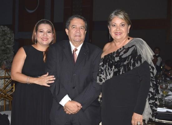 Sulim y Mario Soto con Leticia de Morales.