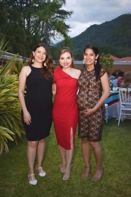 Tania Bueso, Ana María Bueso y Jacqueline Sánchez.