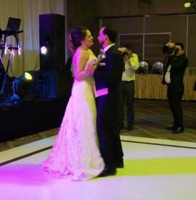 Tania y Juan compartieron su primer vals como esposos al son de La Vie en Rose, interpretada por Victoria Lupi
