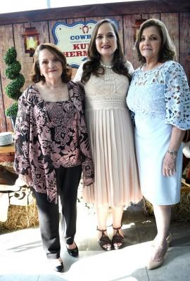 Tony Crespo junto a su hija, Elena Crespo-Eyl y Miriam de Bendaña, tía de la futura mamá