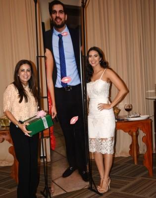 Tricia Díaz y Melanie Andonie, entre la enorme fotografía del novio, Gamal Nazar