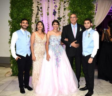 Una impecable fotografía familiar: Ramón Carranza Jr., Fresia Alvarado de Carranza, Fresia Isabella, Ramón Carranza Jr. y Luis Carranza.
