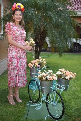 Vanessa Suazo en una colorida imagen para Farah La Revista