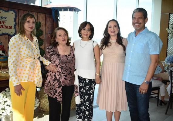 Verónica Lefebre, Tony de Crespo, Paty Flores, Elena Crespo-Eyl y su primo Jorge Lefebre, quien la visitó sorpresivamente.