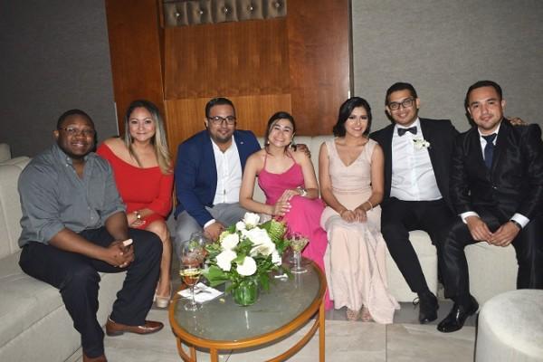 Yasile Compaore, Cesia Jones, Jostin y Ángeles Morales, Diego y Gabriela Gallegos con Jorge Santos.